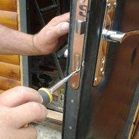 Ремонт металлических дверей и установка замков