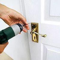 Техника безопасности при монтаже дверной фурнитуры
