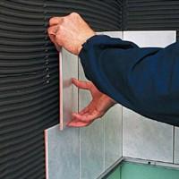 Как безопасно положить керамическую плитку в ванной комнате