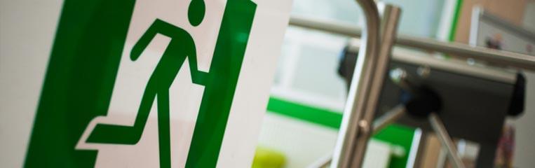 Безопасность в учебных заведениях: расположение предупреждающих знаков и специнструктаж